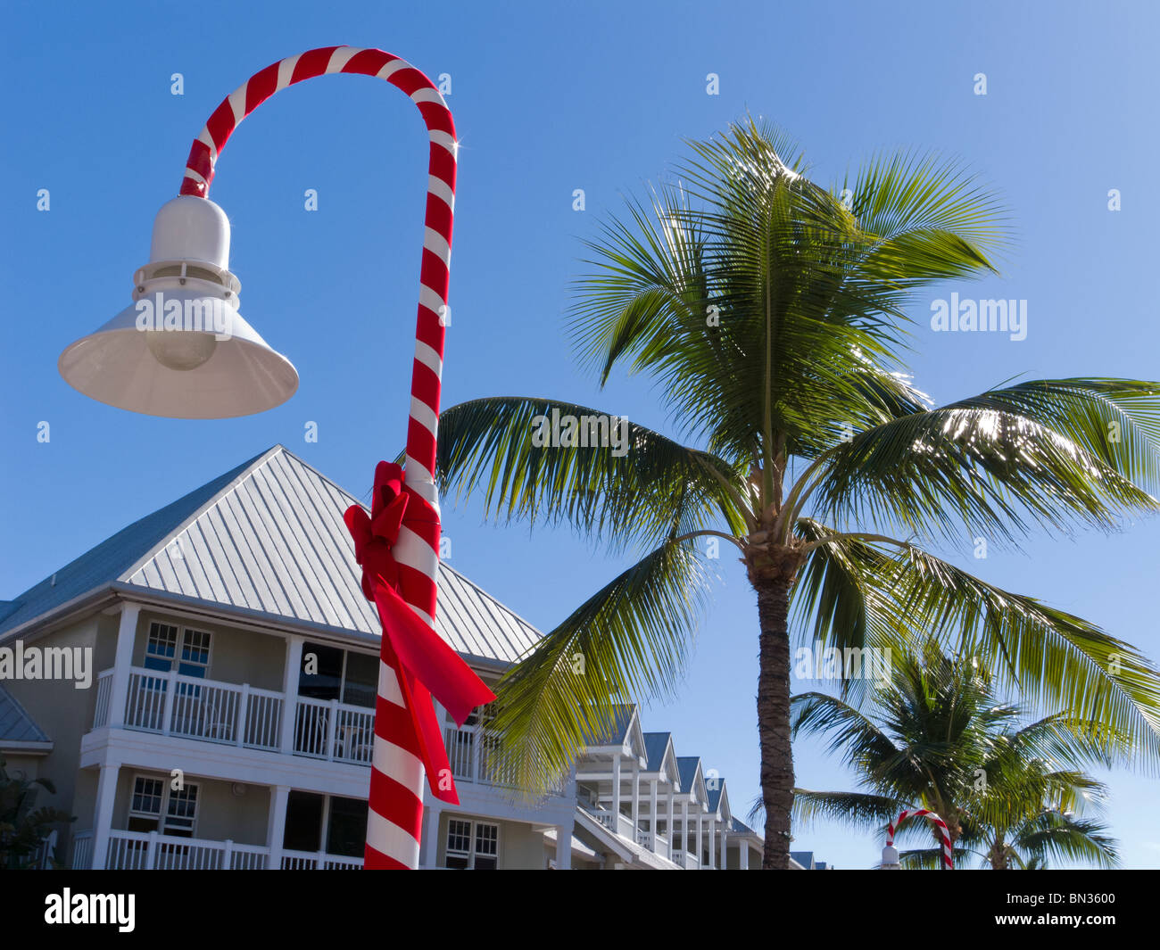 Christmas decorations turn street lamp into candy cane in ...