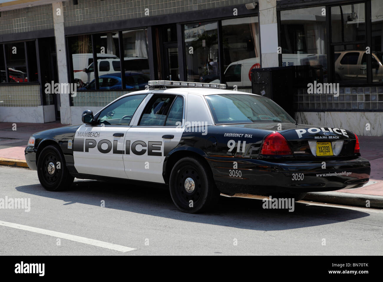 2009 ford crown victoria police interceptor in white drivers side profile b90r7h rm miami beach police car stock image