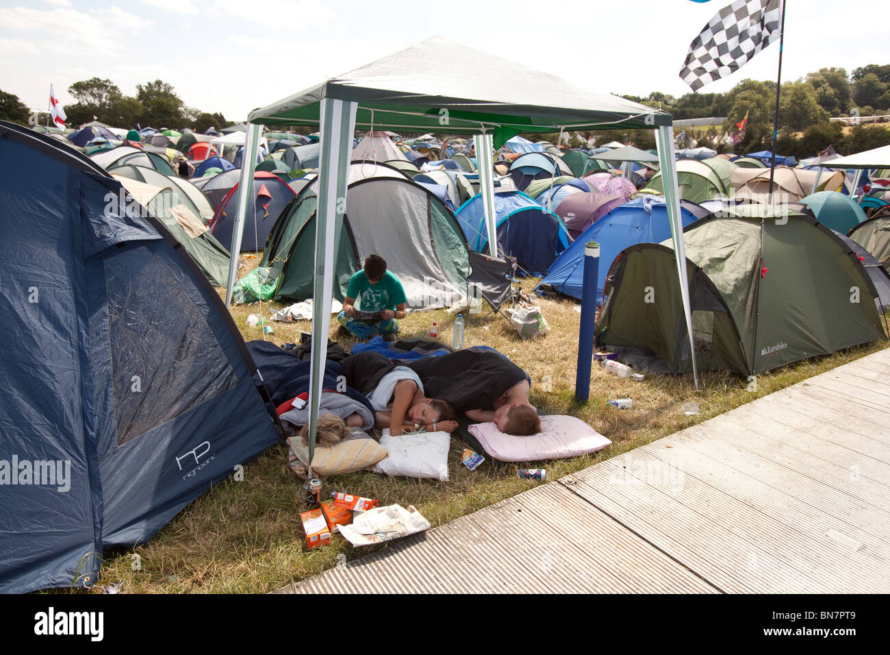 People sleeping outside their tents because of the heat at the Glastonbury Festival 2010 & People sleeping outside their tents because of the heat at the ...
