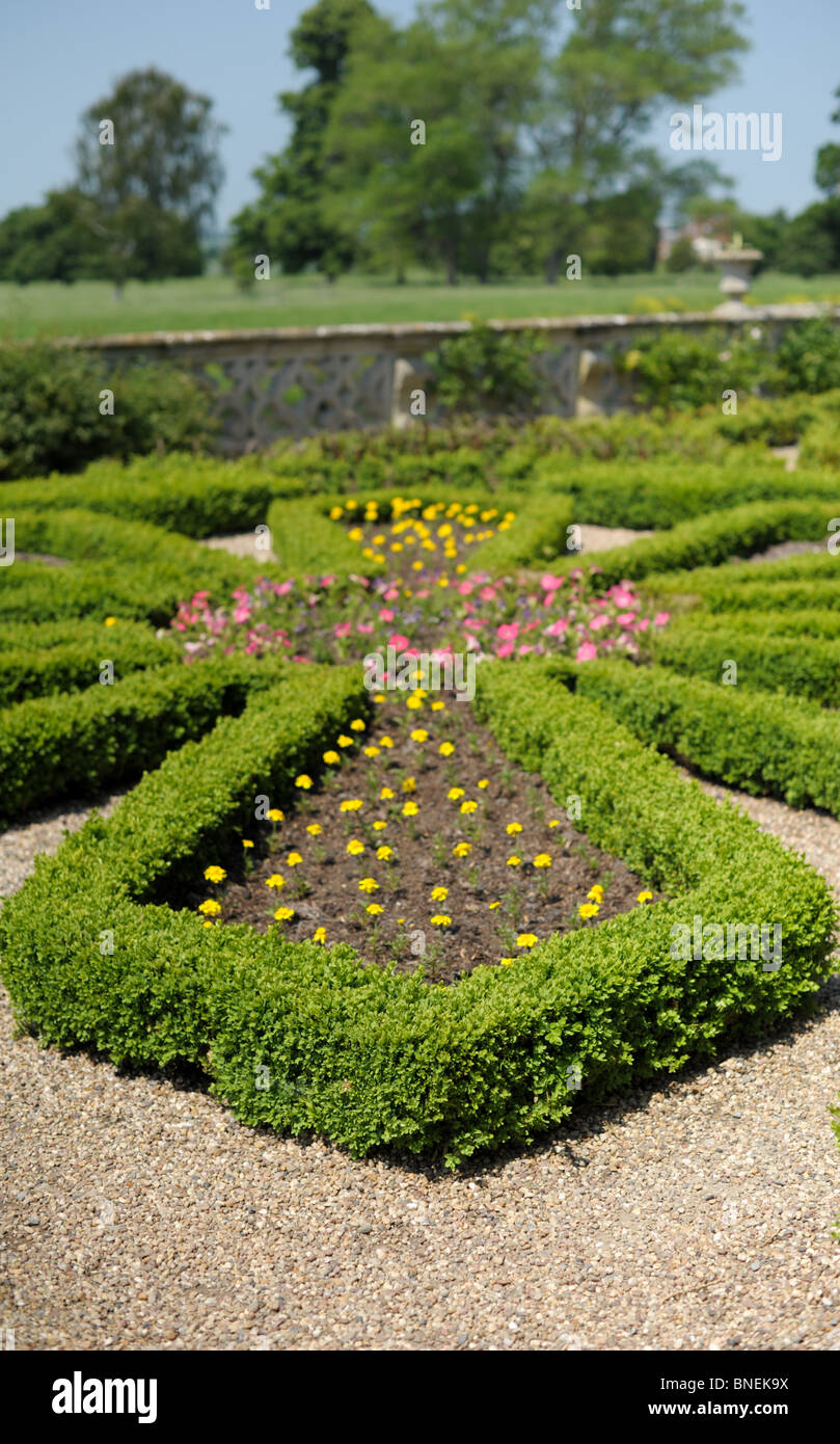 Ornamental garden walls - Box Hedge In An English Country House Formal Garden With Gravel Paths And Ornamental Wall In