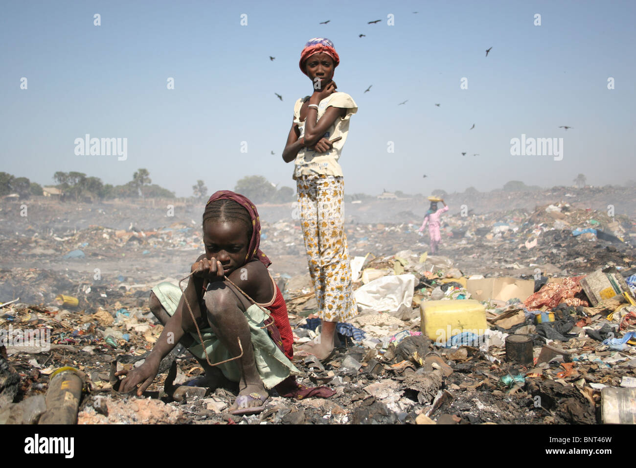 http://c8.alamy.com/comp/BNT46W/gambian-girls-searching-for-scrap-metal-in-mannjai-kunda-rubbish-dump-BNT46W.jpg