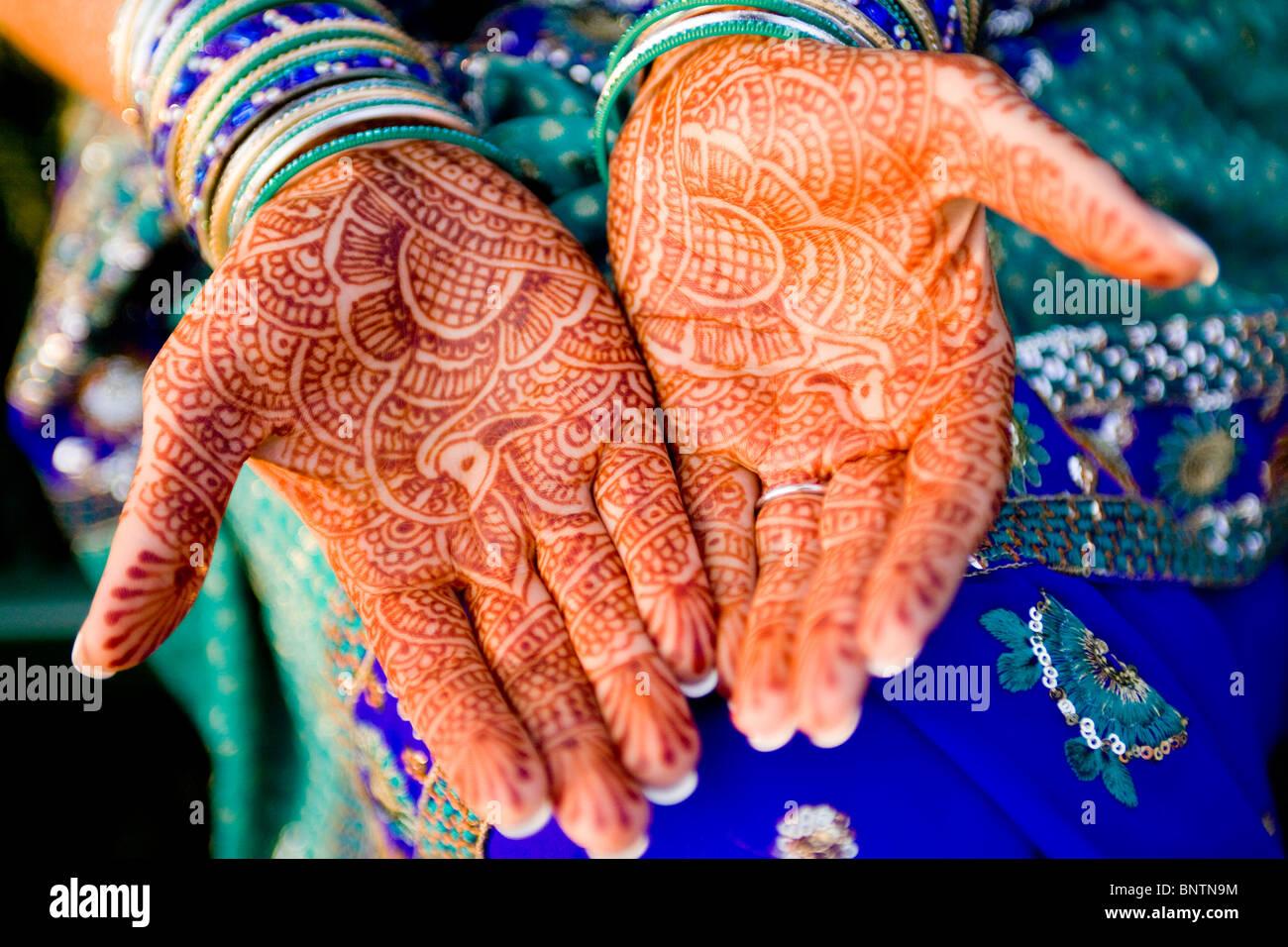 Mehndi Hand Decoration Games : Mehndi skin decoration with henna on indian bride s
