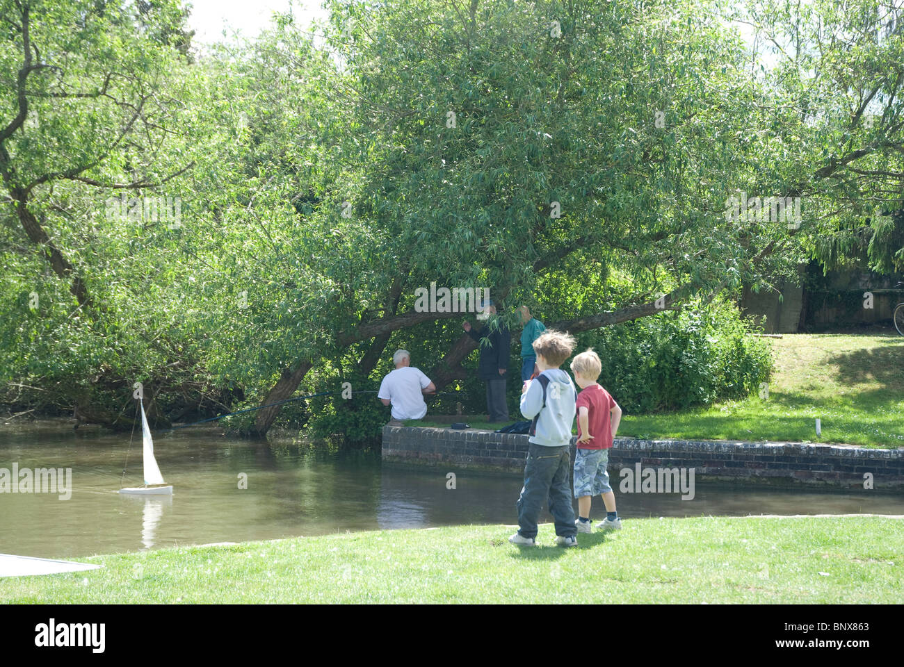Two Boys On The Bank Of The Kennet And Avon Canal Sailing Model  # Modele Banc En Bois