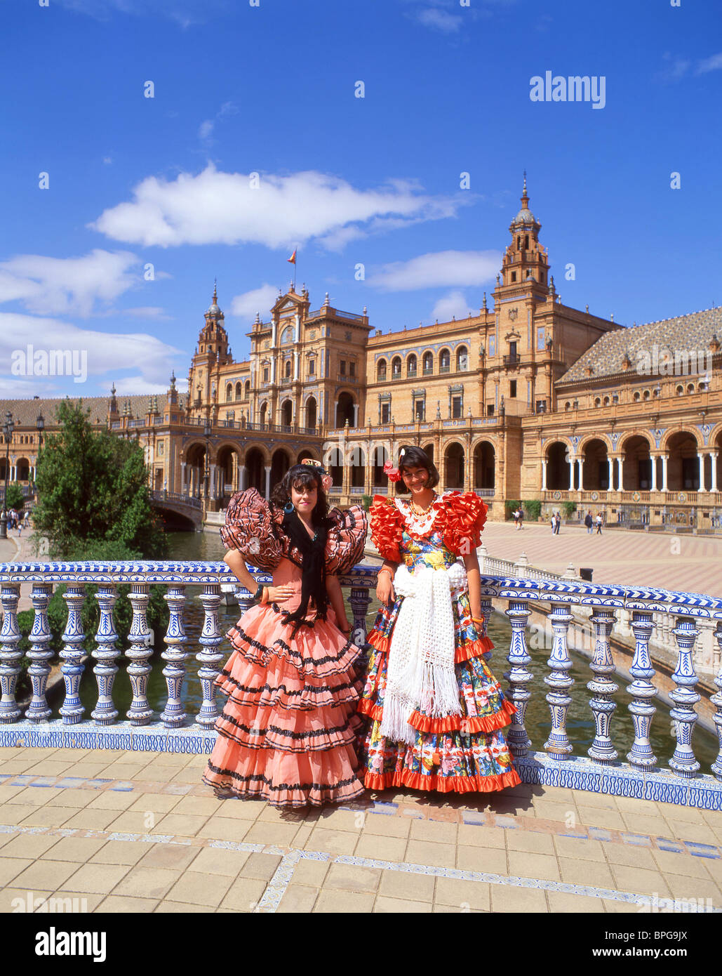 Girls in flamenco dress plaza de espana maria luisa park for Espectaculo flamenco seville sevilla
