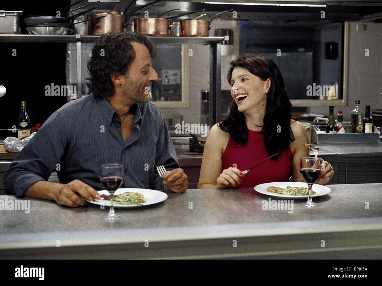 JEAN RENO & JULIETTE BINOCHE JET LAG (2002 Stock Photo ...