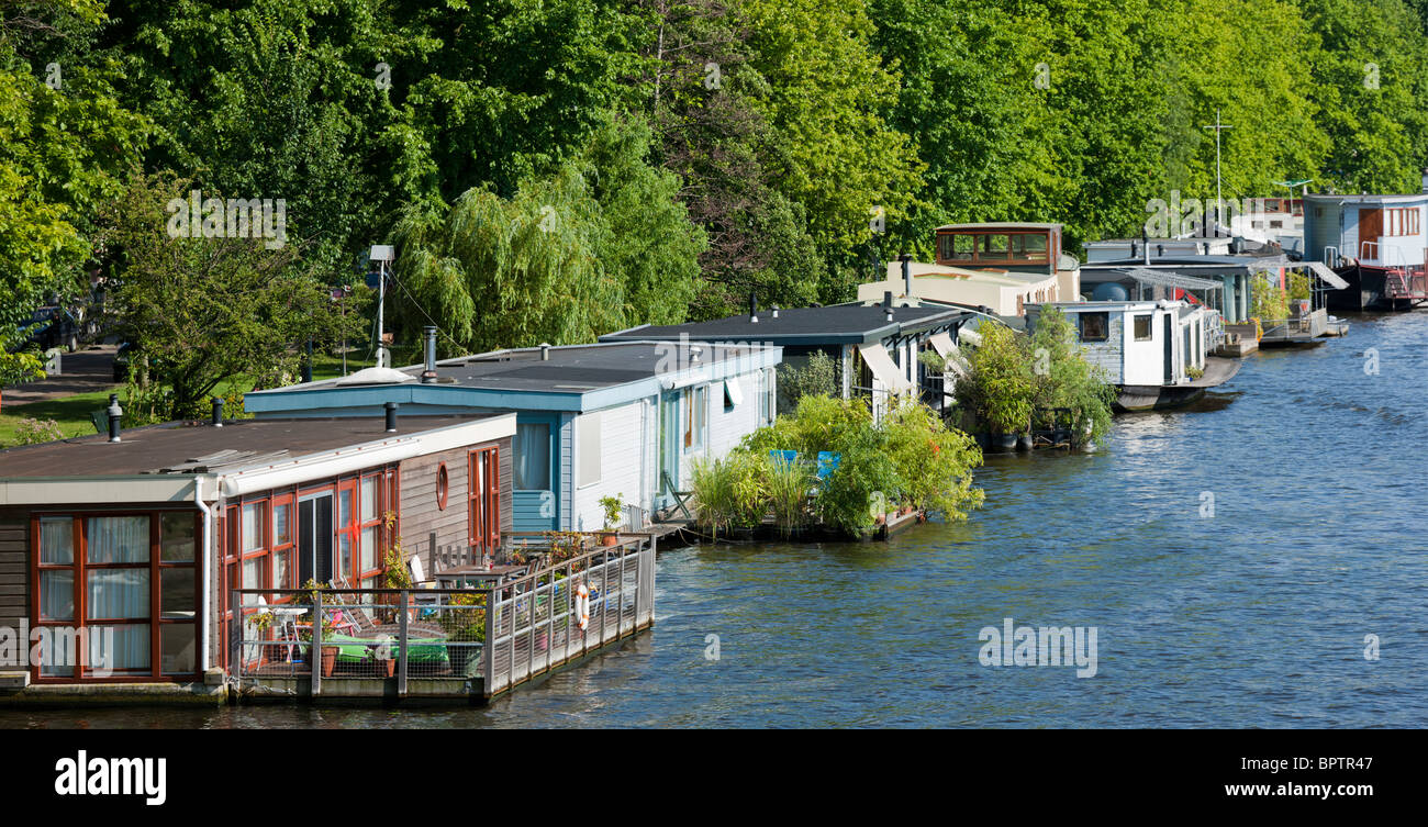 House boats in amsterdam on the river amstel with for Houseboat amsterdam