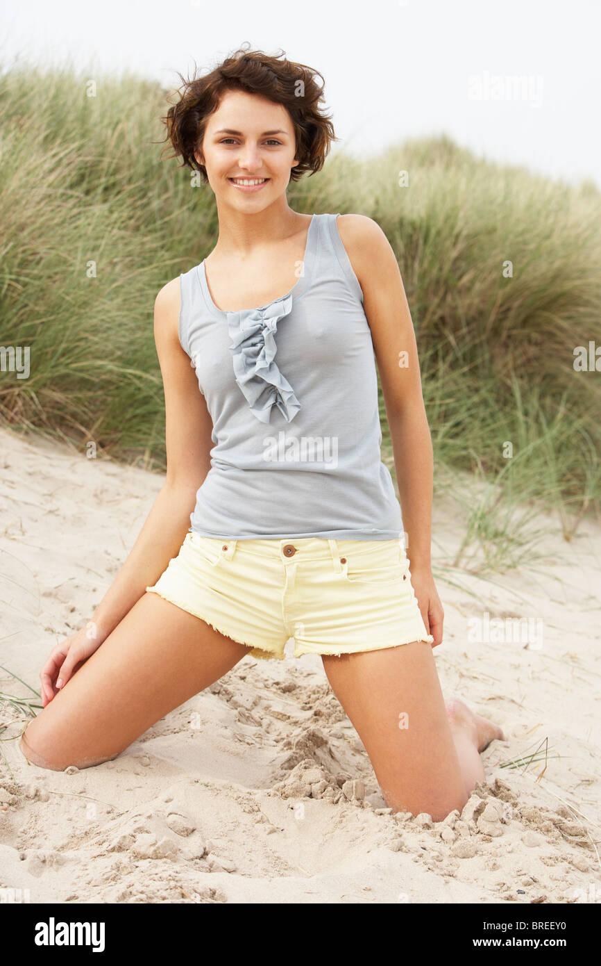 Фото красивой девушки в шортиках и маечке в обтяжку 2 фотография