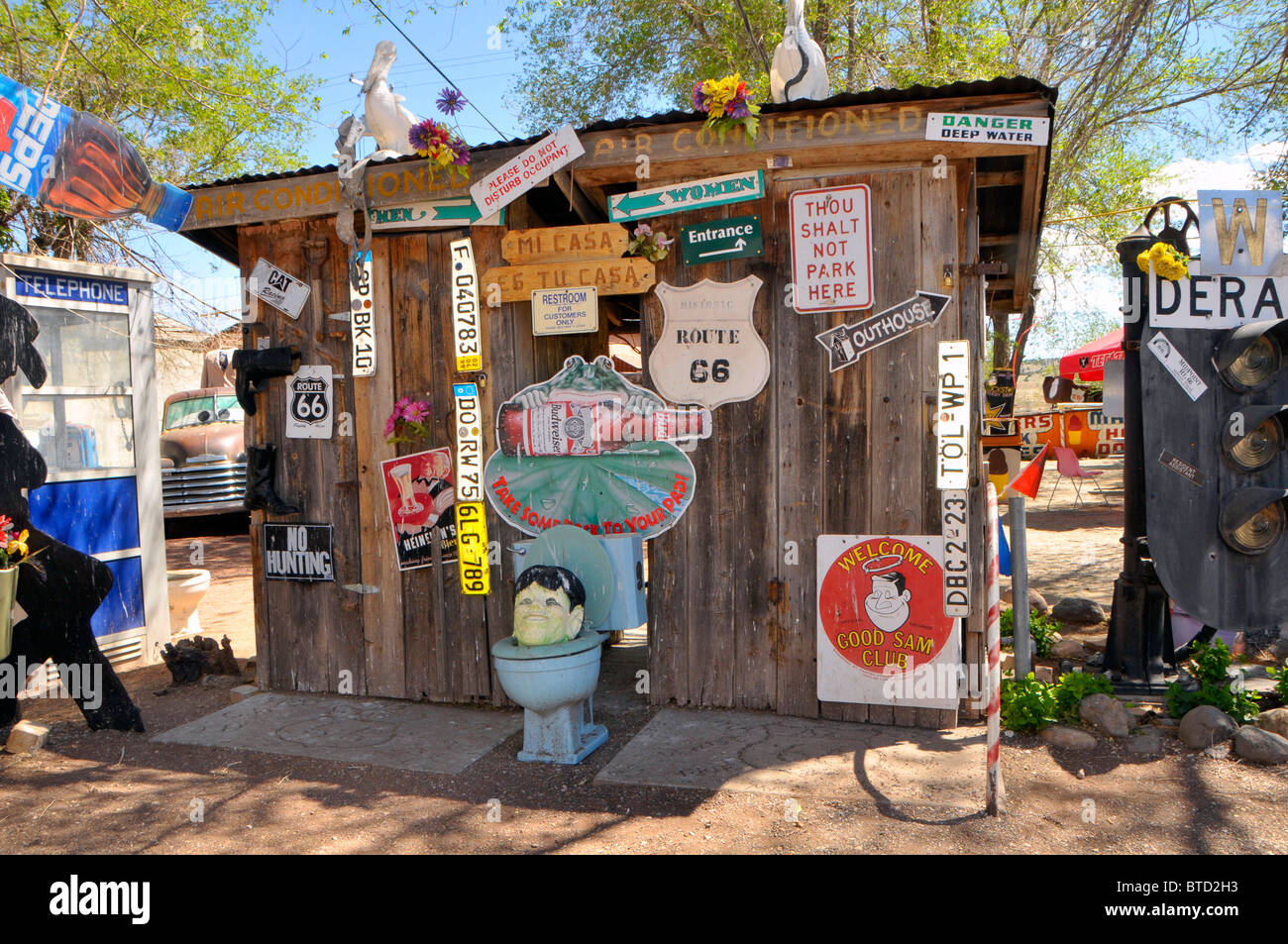Signs and decorations around snow cap inn seligman arizona for Decoration murale route 66