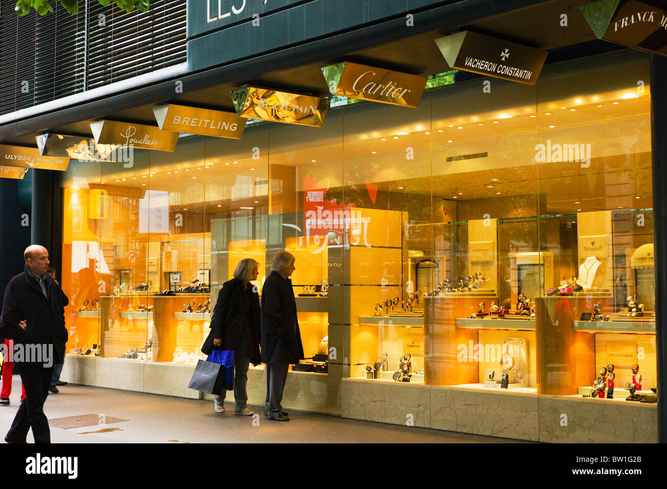 breitling outlet store avhz  PEOPLE SHOPPING FOR LUXURY WATCHES BAHNHOFSTRASSE STREET Z脺RICH SWITZERLAND