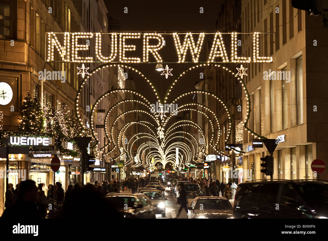 The neuer wall shopping street in hamburg lit up at for Ligne roset hamburg neuer wall