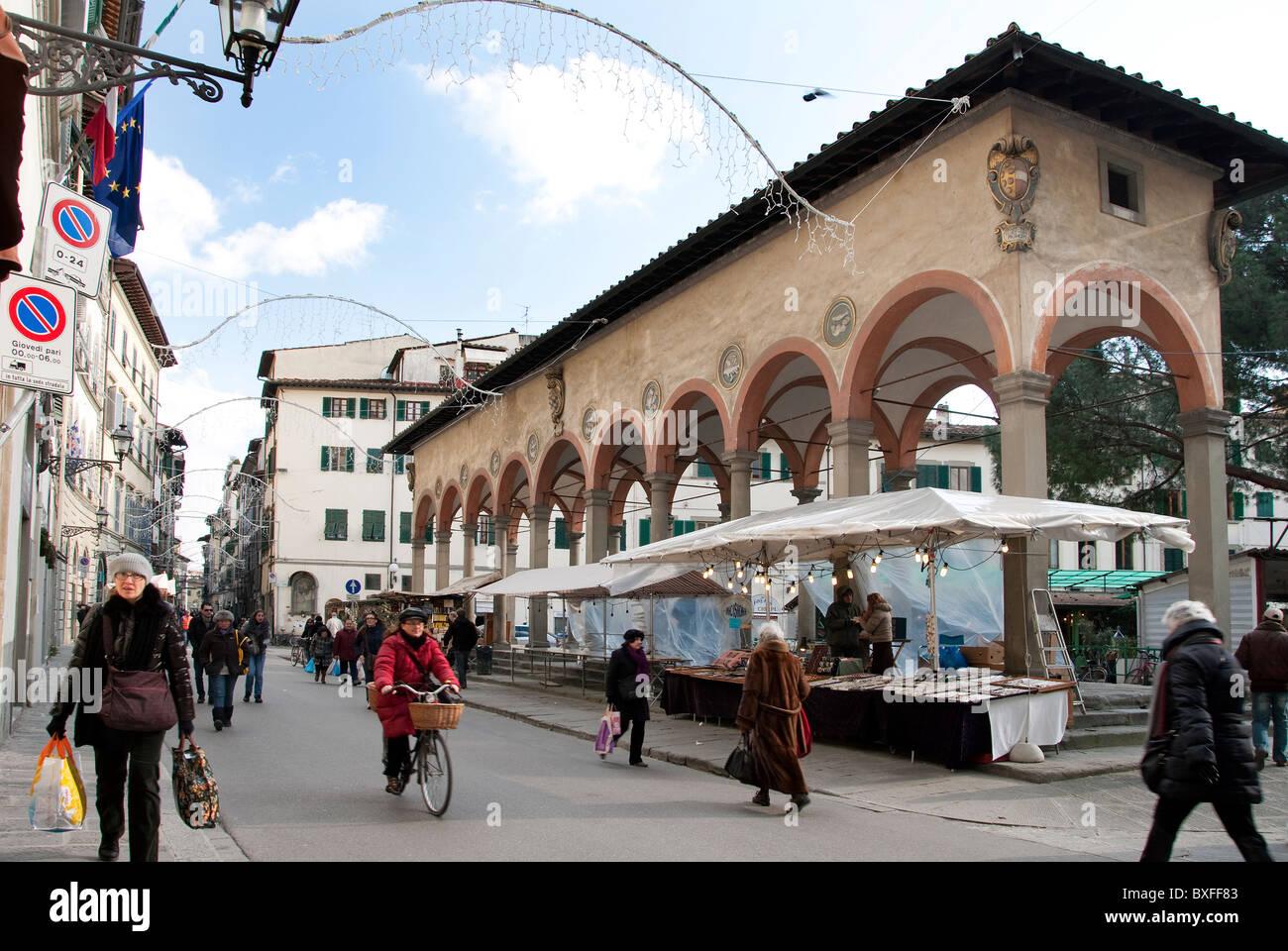 Piazza dei ciompi florence italy it hosts the loggia del for Piazza dei ciompi