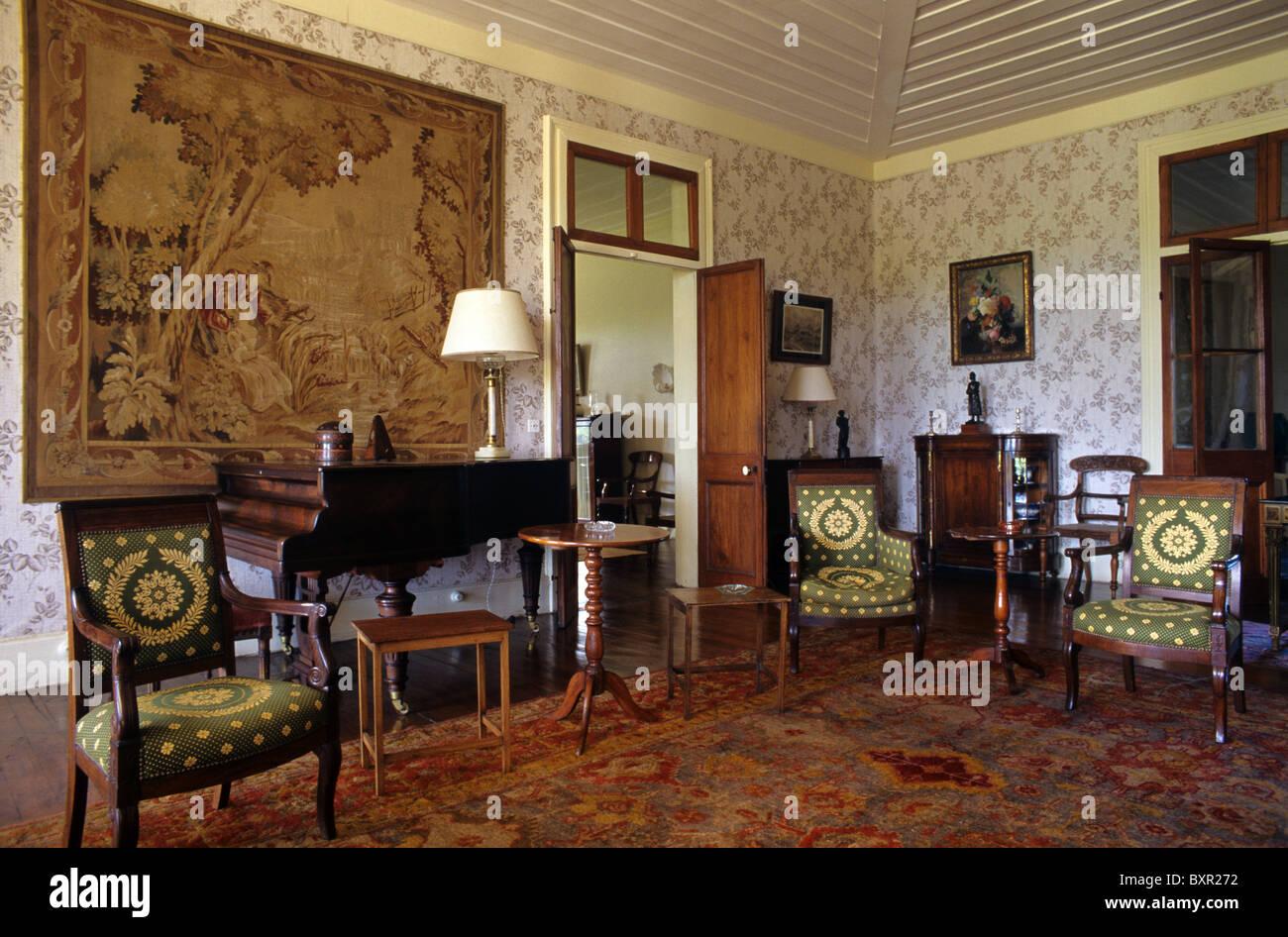 Salon living room or interior of riche en eau colonial for Living salon