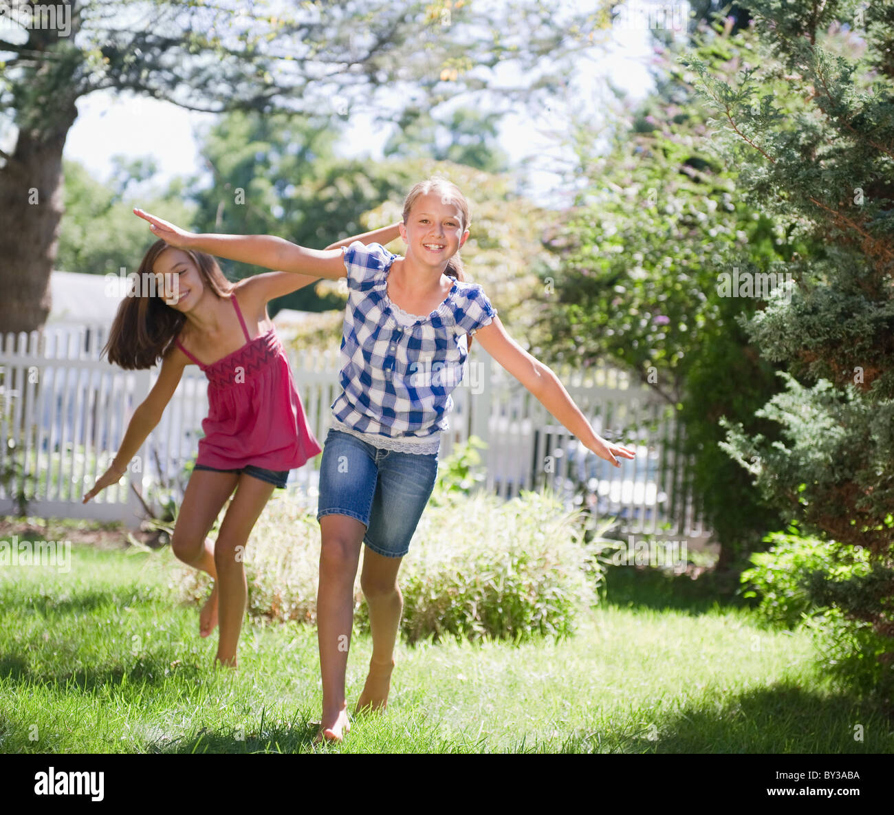 http://c8.alamy.com/comp/BY3ABA/usa-new-york-two-girls-10-11-10-11-playing-in-backyard-BY3ABA.jpg