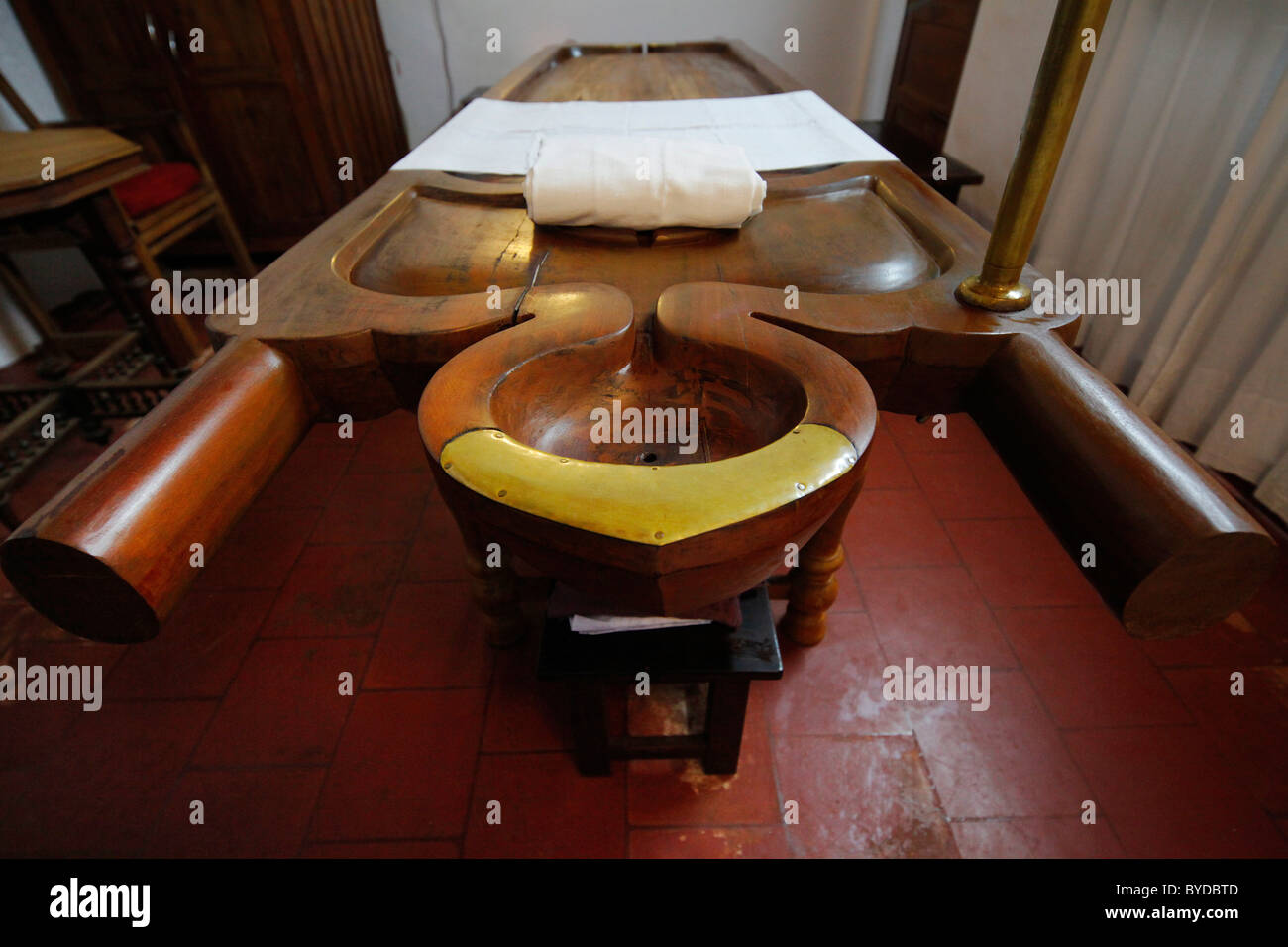 Ayurveda massage bench old massage room luxury hotel for Classic house massage