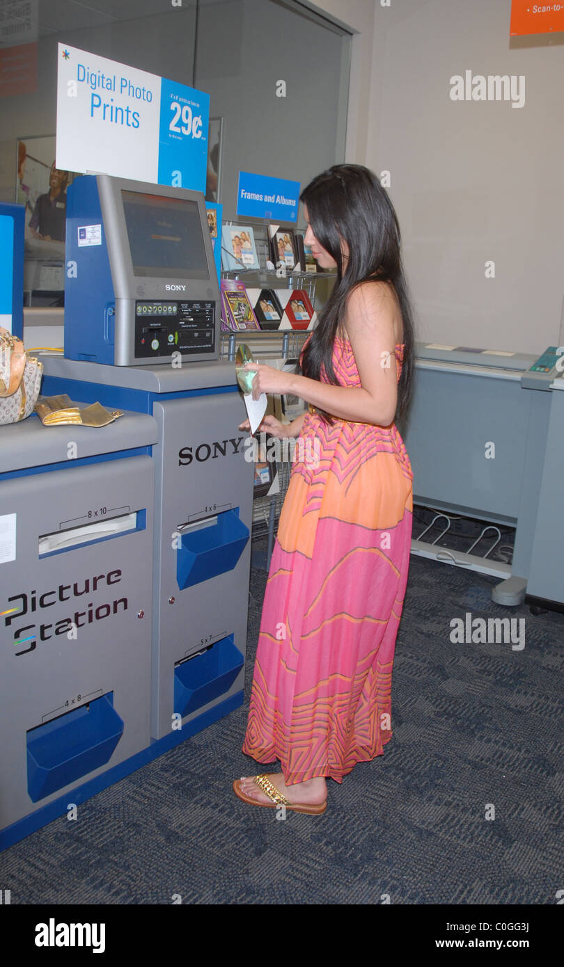 Kim Kardashian Printing Some Pictures At Kinkos Los Angeles Stock ...