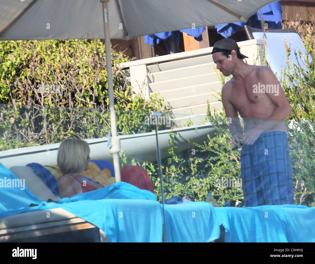 Jenny mccarthy and jim carrey sunbathing at their beach for Jim s dog house