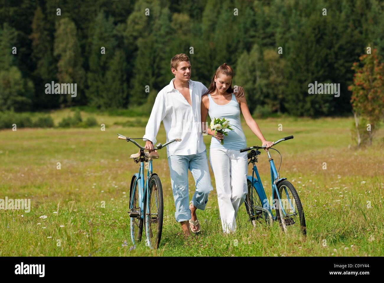 Фото мужчина и женщина идут 11 фотография