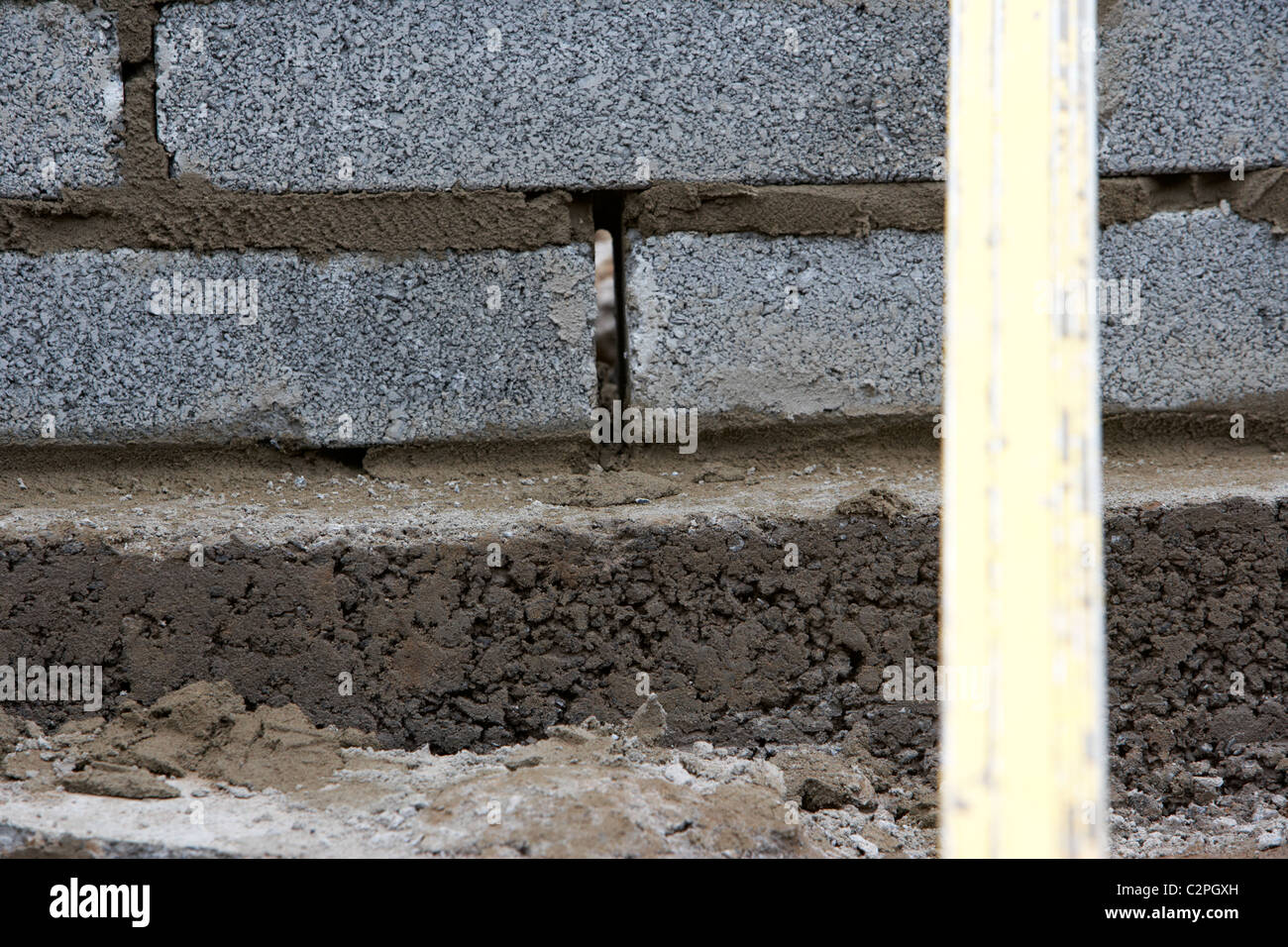 drainage gap in bricklaying wall with half cement breeze