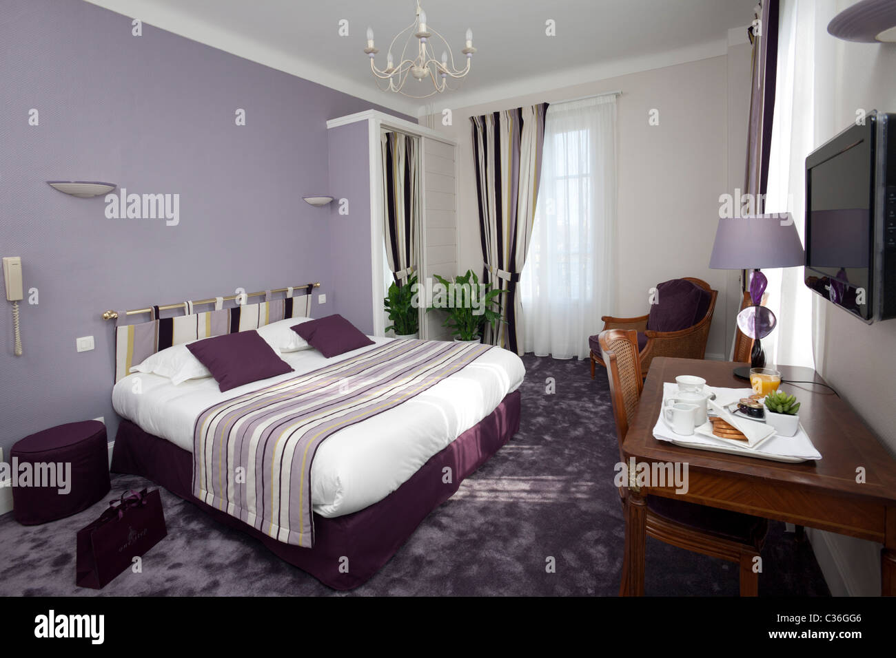 A purple hotel double room france chambre d 39 h tel for Chambre de hotel france