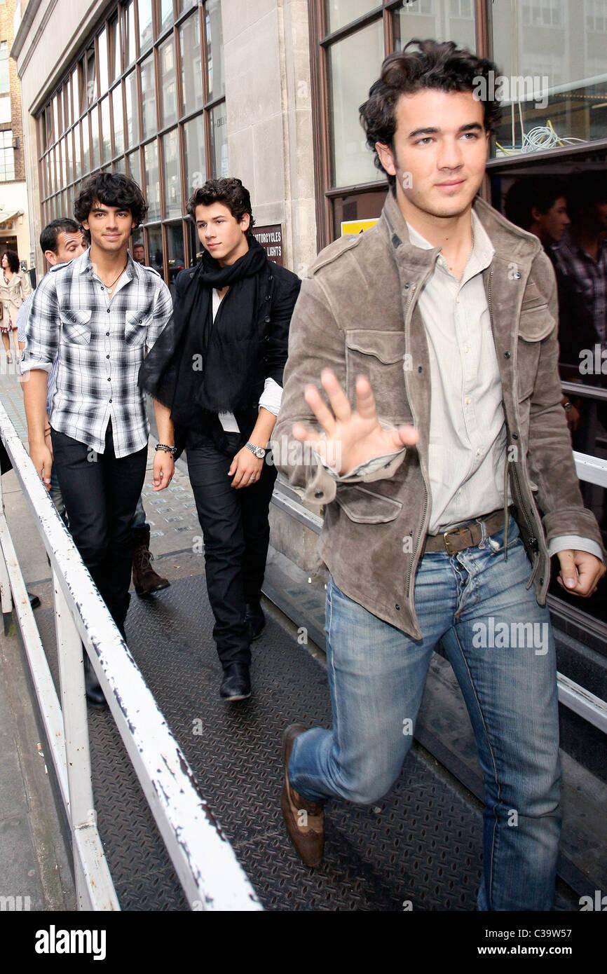 Wondrous Nick Jonas Joe Jonas And Kevin Jonas Arrive Outside Radio One Hairstyles For Men Maxibearus