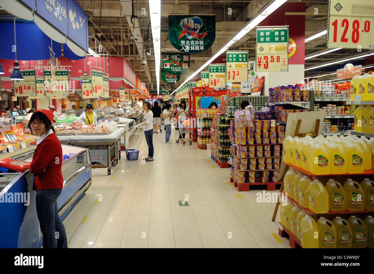 Chinese customers shopping in a hualian supermarket in for Shopping in cina