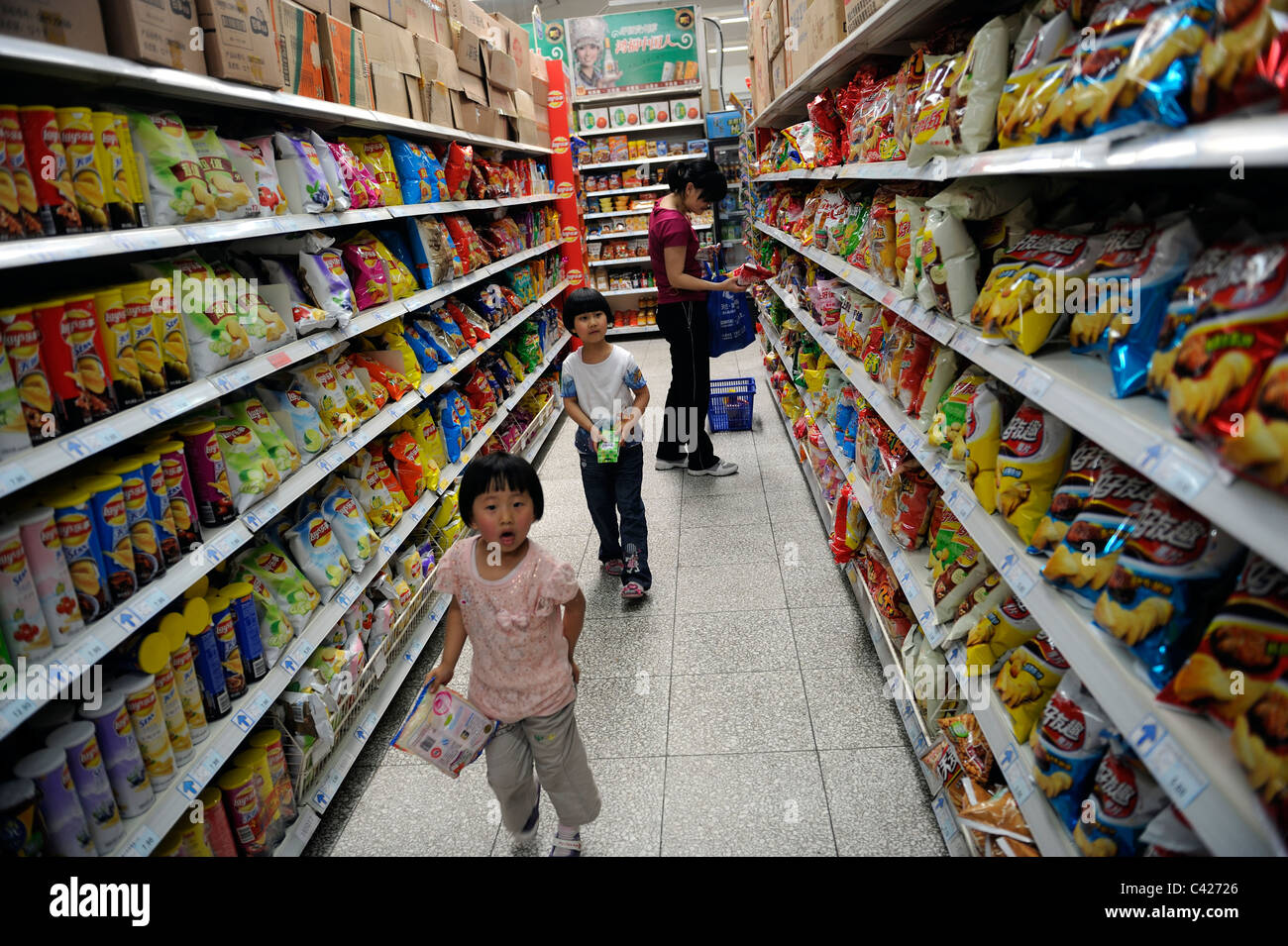 Chinese customers shopping at a wumart supermarket in for Shopping in cina