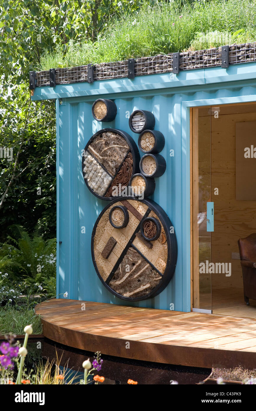 Garden office made from a shipping container features a for Habitat container