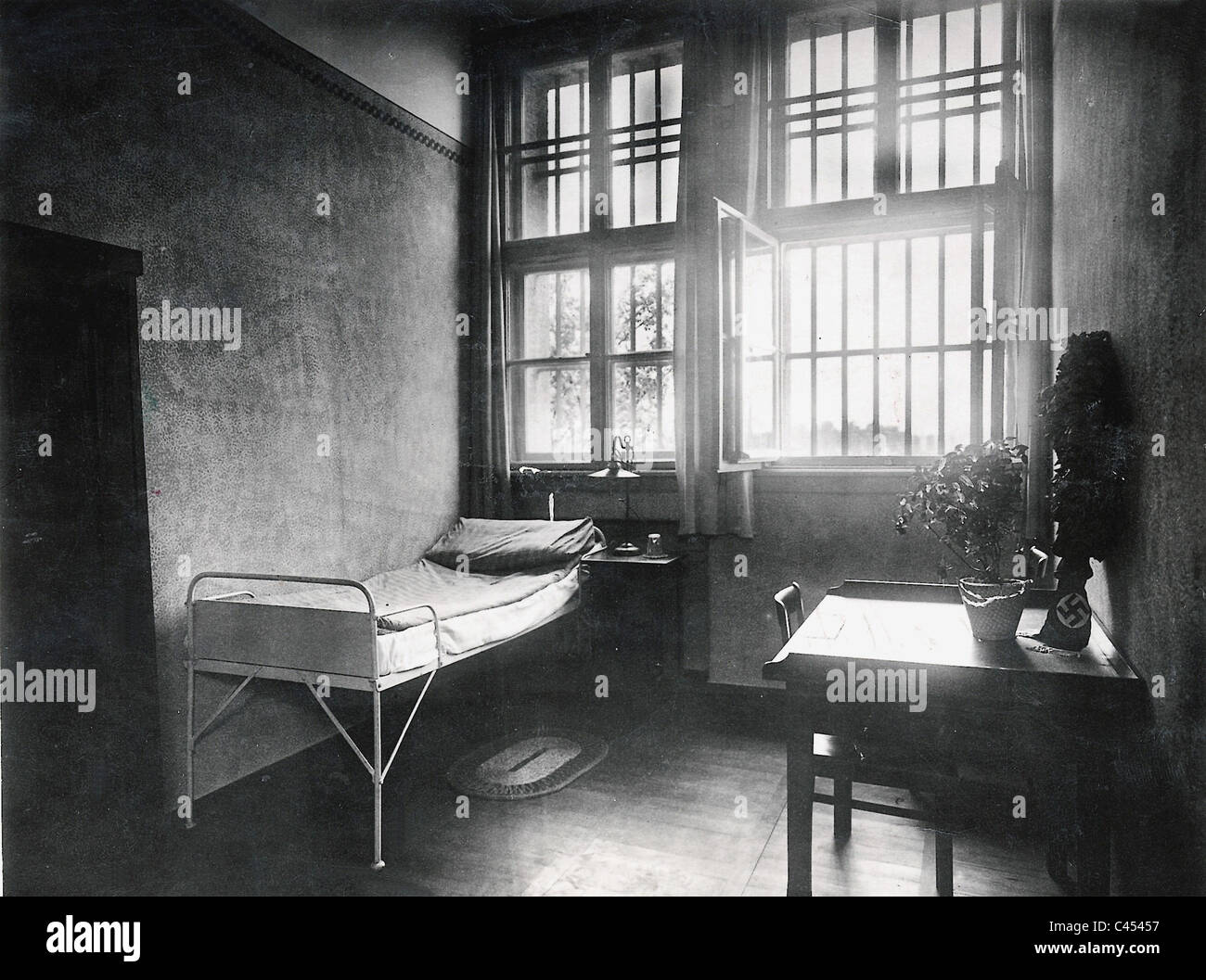 Hitler 39 s prison cell during his detention in the fortress - Landsberg mobel ...