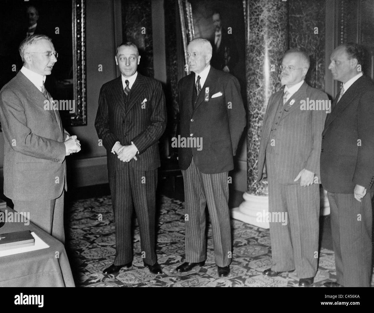 frederik black and white stock photos images alamy hjalmar schacht frederik van vlissingen thomas watson abraham frowein and pierre vasseur