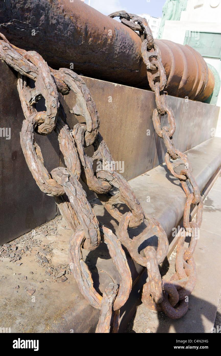 Rusting chains from th uss maine monumento a las v ctimas del maine havana cuba