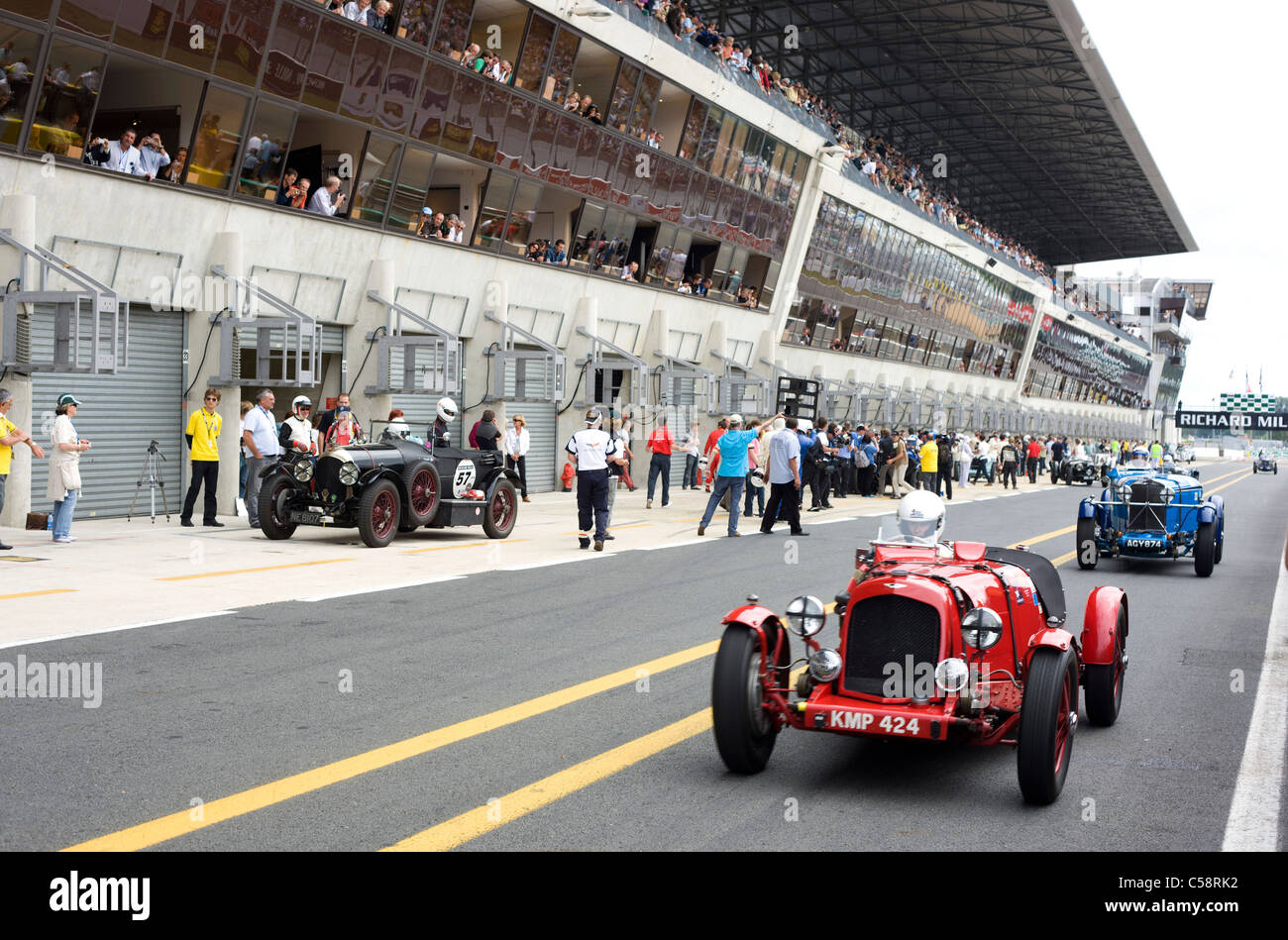 Old classic cars in the pit lane le mans classic france for Garage automobile le mans