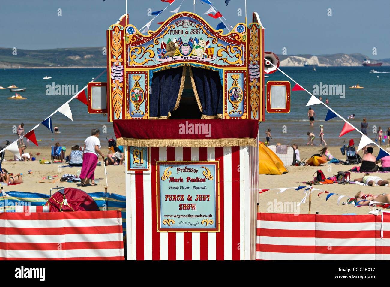 Punch And Judy beach childrenu0027s puppet theatre waiting for curtains to open - Stock Image & Punch Theatre Puppet Stock Photos u0026 Punch Theatre Puppet Stock ...
