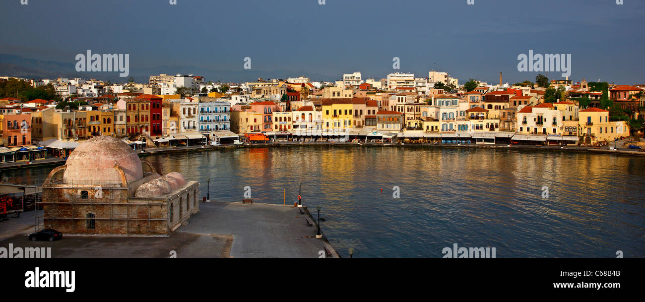 Panoramic view of the old Venetian harbor of Chania town ...