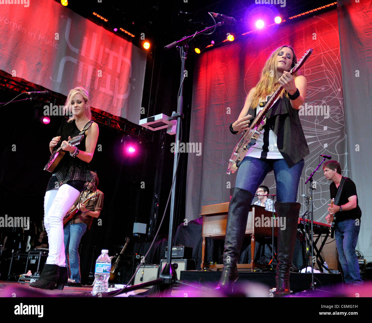 Emily Robison Martie Maguire And Emily Robison Of Court Yard Hounds Performs