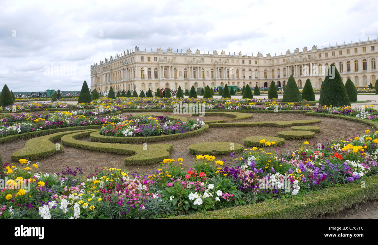 The chateau of versailles paris france flower beds the for Garden design versailles