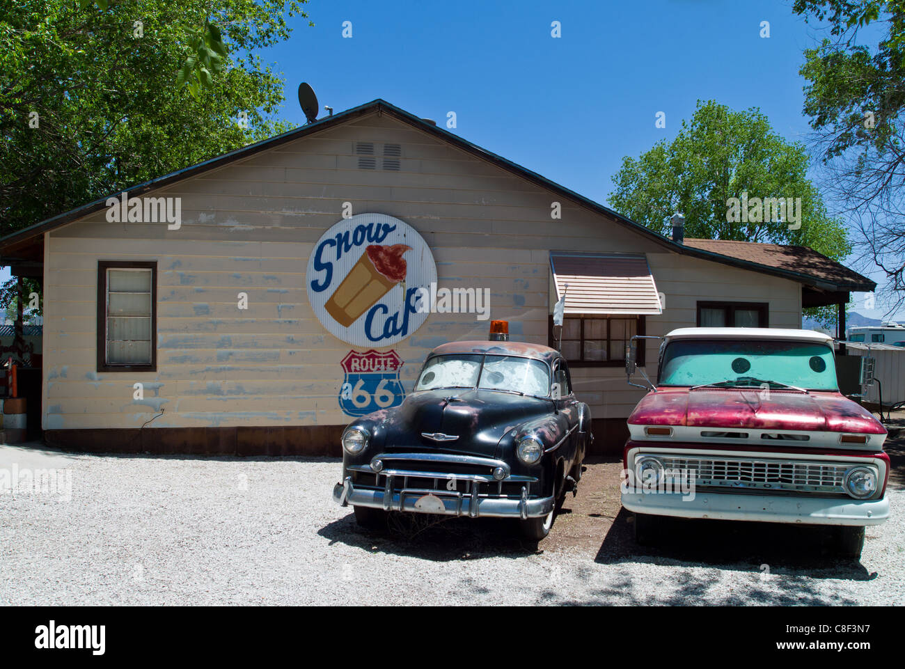 U.S.A. Arizona, Seligman, old cars and shop on the Route 66 Stock ...