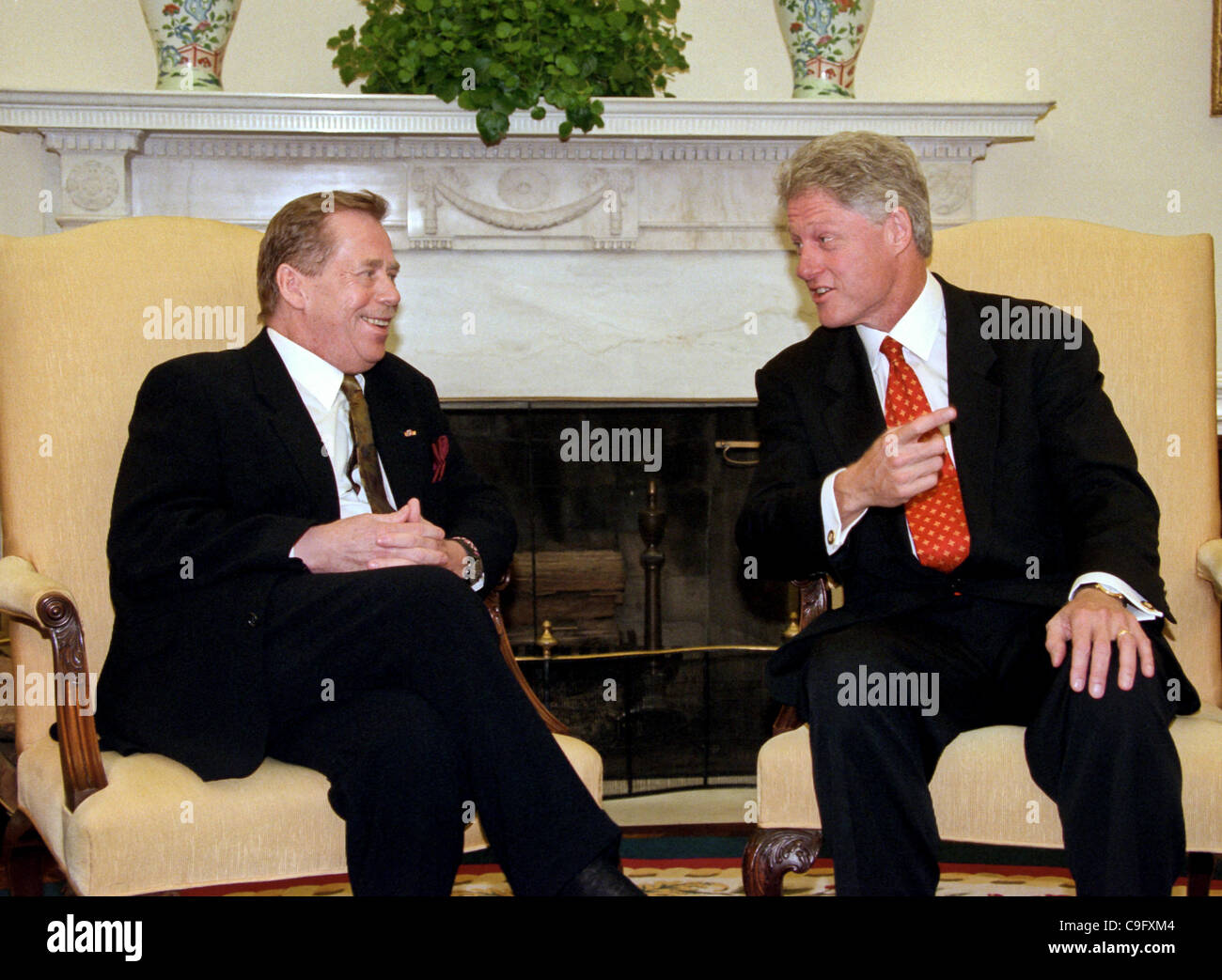 president bill clinton meets with czech president vaclav havel in the oval office of the white house september 16 1998 in washington dc bill clinton oval office