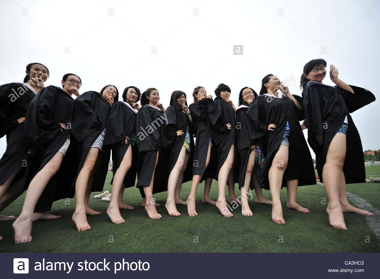 as-the-college-graduation-nears-many-funny-graduation-photos-appears-CA3HC3.jpg