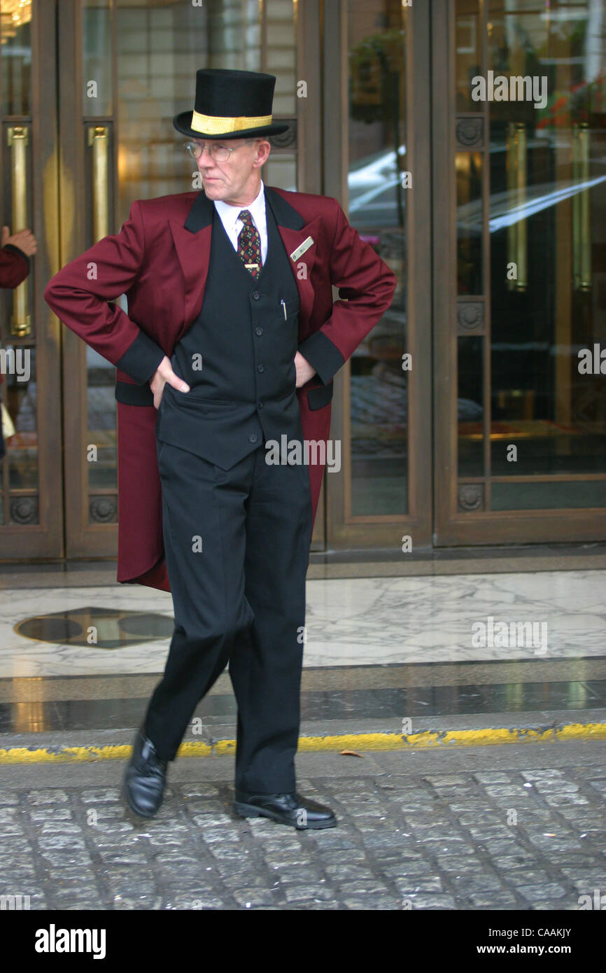 Sep 25 2003; London UK; Doorman at the Ritz Hotel greets guests  sc 1 st  Alamy & Doorman wearing a top hat in front of the lobby of the Savoy Hotel ... pezcame.com