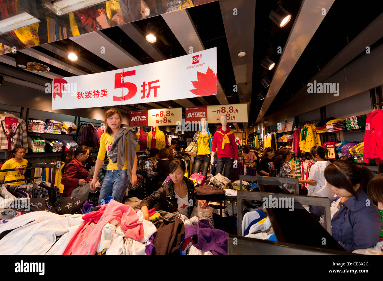 Chinese people bargain shopping in shanghai city centre for Shopping in cina