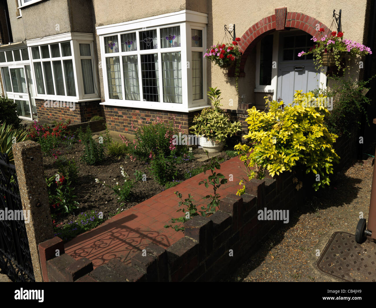 Plants and flowers in front garden of semi detached house for Plants for front of house