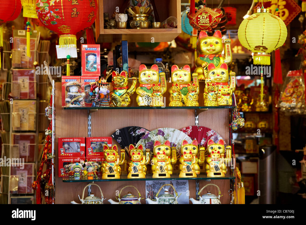 Maneki neko lucky cat gold statues in chinese souvenir for Shopping in cina