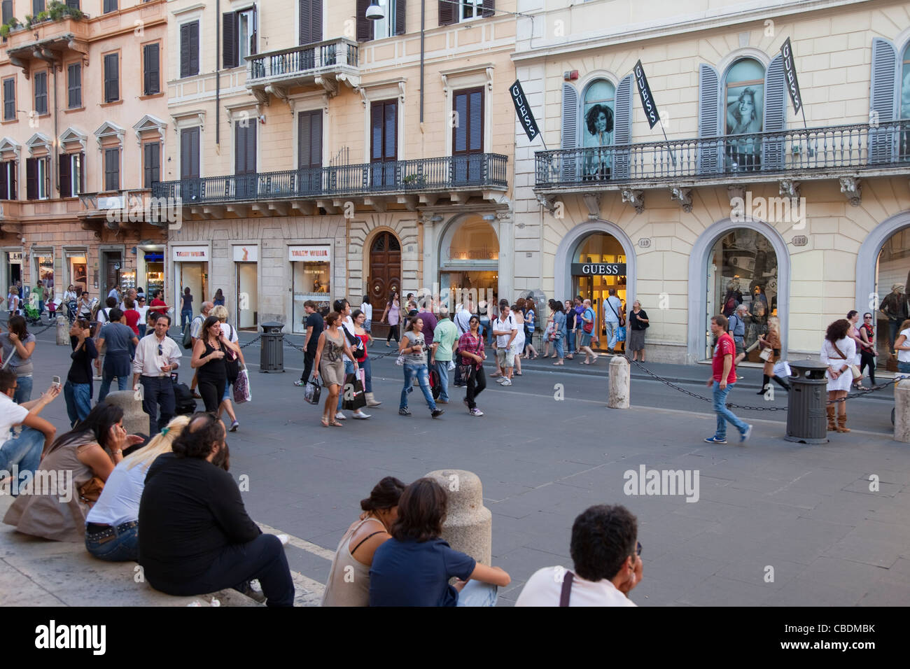 People shopping on via del corso street in rome italy for Bershka roma via del corso