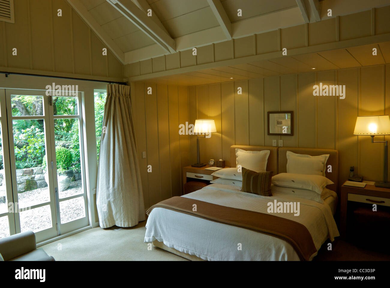 guest cottage master bedroom suite huka lodge luxury fishing