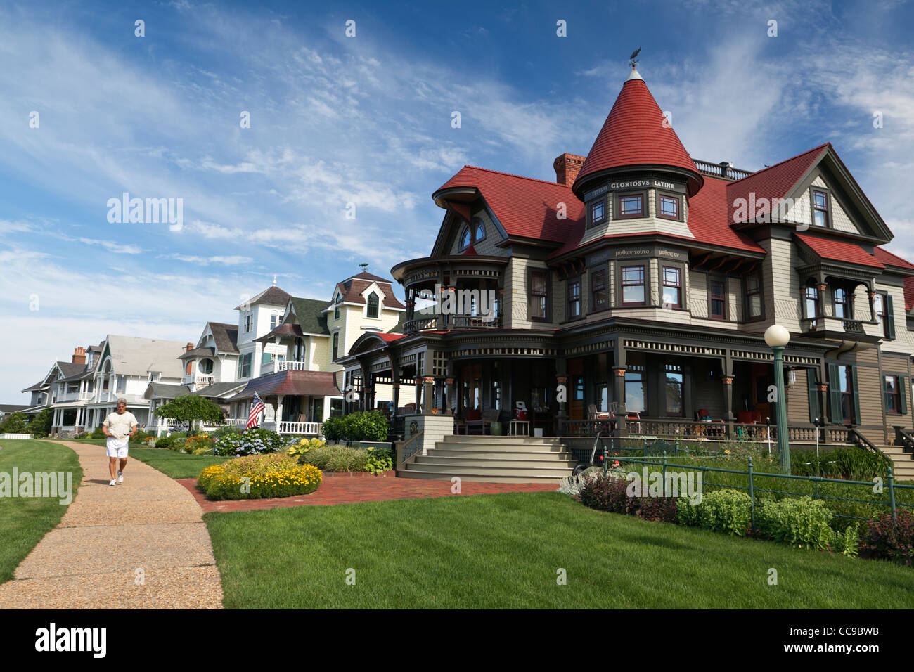 Historic gingerbread mansions oak bluffs martha 39 s vineyard for Mansions in cape cod