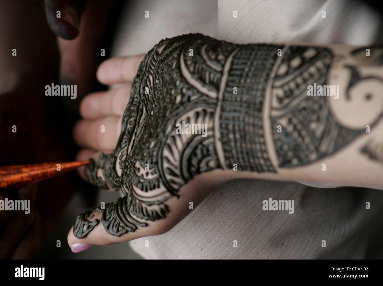 Download Hajj Eid Al-Fitr Decorations - a-kashmiri-muslim-gets-her-hand-decorated-with-henna-ahead-of-eid-CDAN02  2018_168362 .jpg