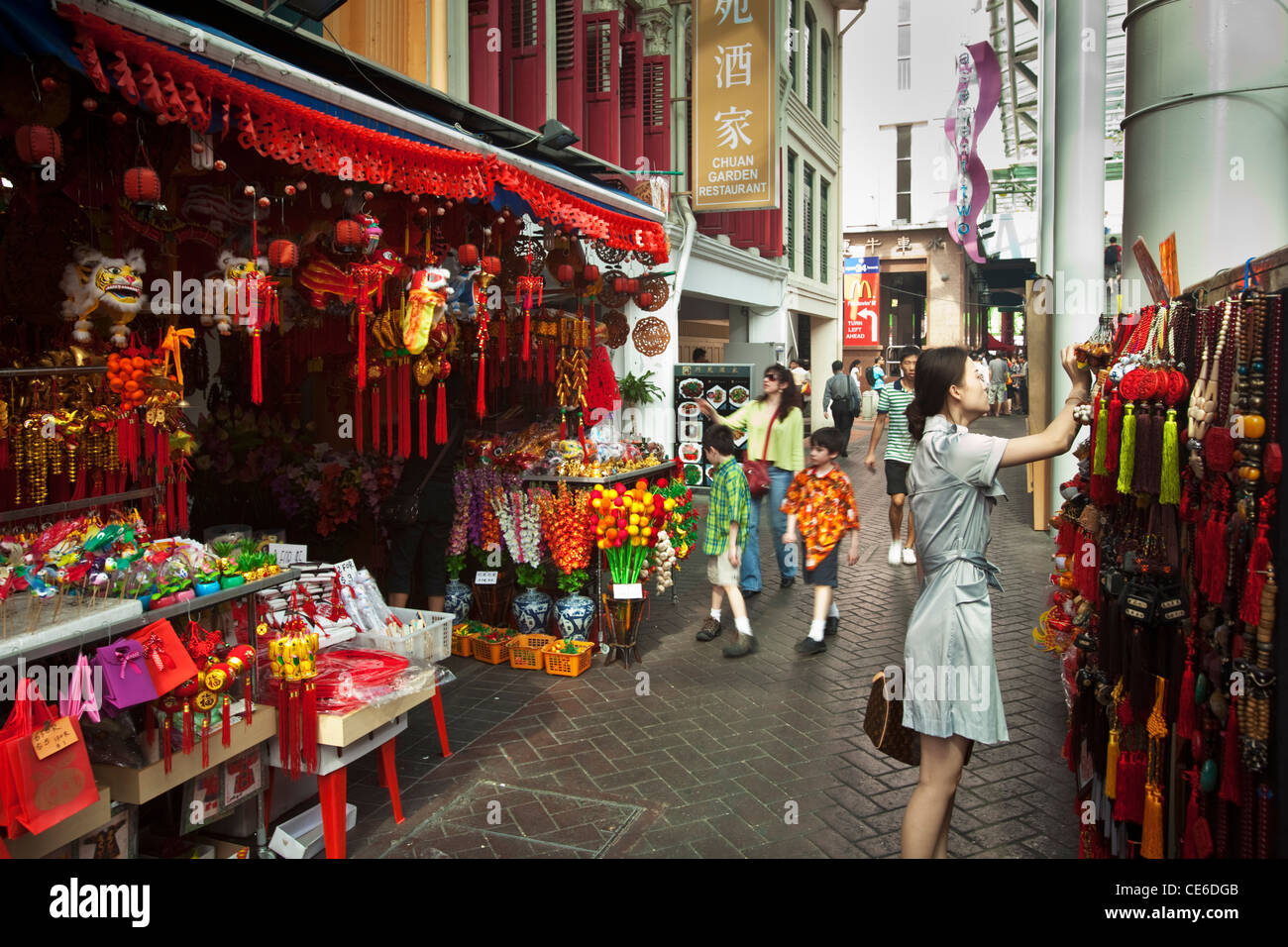 Shopping for chinese new year ornaments on pagoda street for Shopping in cina