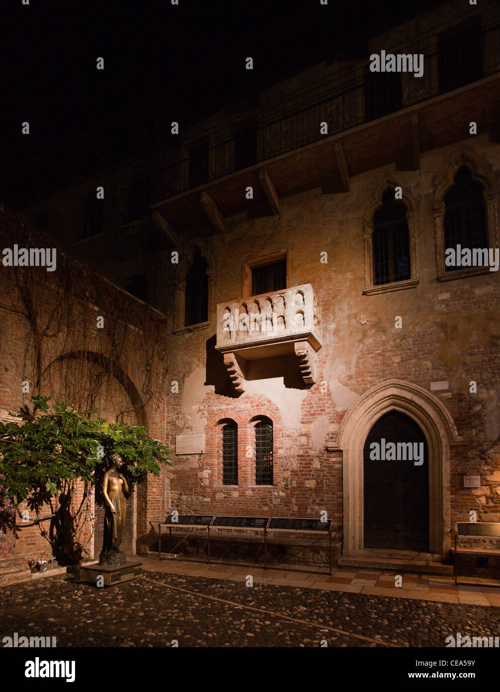 romeo  u0026 juliet u0026 39 s balcony at night  verona  italy stock