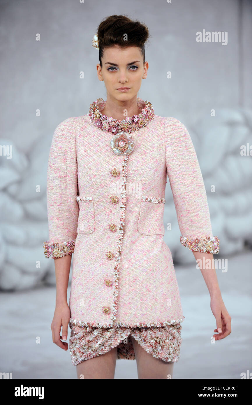 Chanel paris haute couture spring summer pink tweed chanel for Haute couture shopping