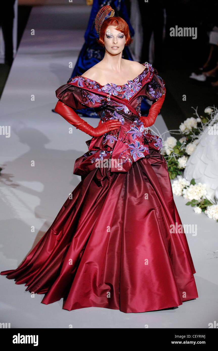 Dior paris haute couture autumn winter model linda for Haute couture shopping